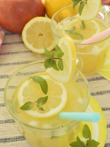 a glass of sugar-free lemonade
