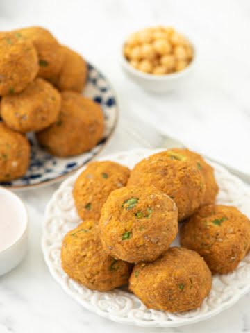 A plant-based recipe, made with only whole plant food ingredients. Super healthy and delicious spicy balls made of chickpeas, sesame, and sunflower seeds, all that seasoned with one of my favorite scented Cajun spice mixes!